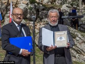 Bilosnicu je nagradu predao ivan sivric, predsjednik dhk hb